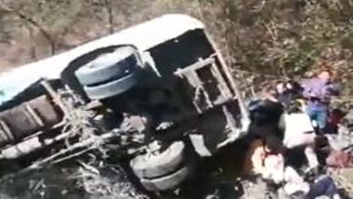 岳阳载22人客车侧滑山沟致3死19伤 司机已被控制