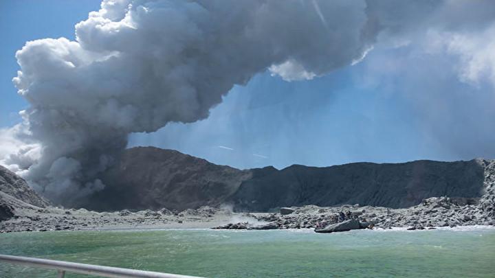 新西兰火山喷发致5死多人失踪 警方:侦察显示岛上无生命迹象