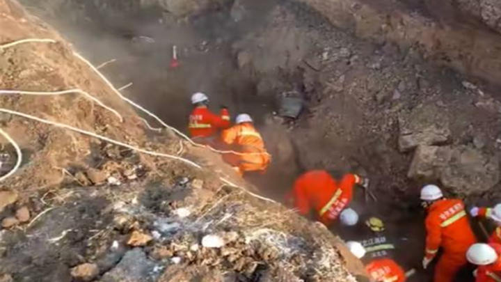 哈尔滨市一污水管网施工现场塌方 仍有3人被埋