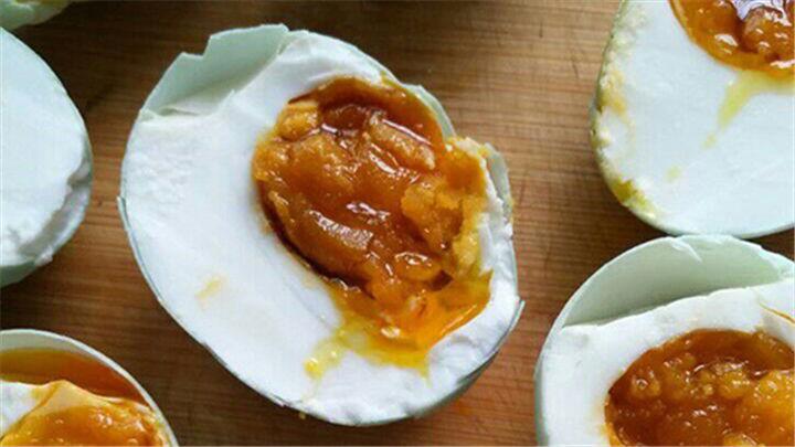 自制咸鸭蛋|会流红油的咸鸭蛋,做法原来这么简单!