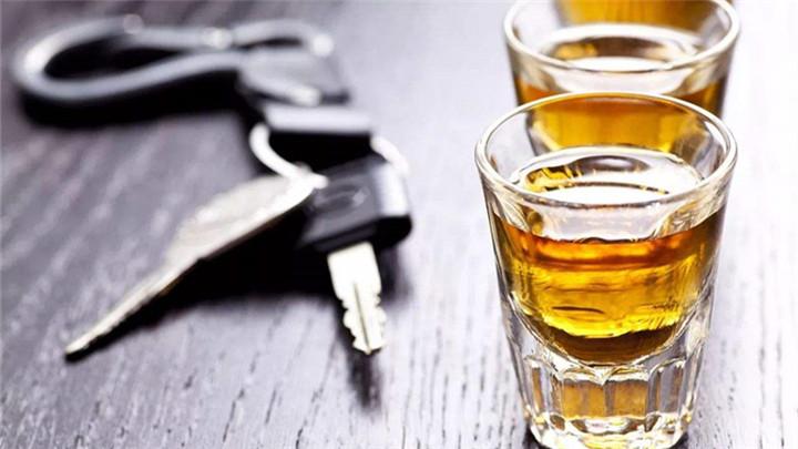 交警查获奇葩司机:酒后叫代驾却让代驾坐在副驾