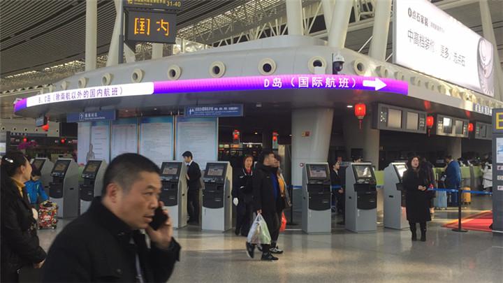 春节出行,有人会坐高铁,那自然也会有人坐飞机。那么今天,也就是春运首日,咱们在长沙黄花国际机场的直播记者,也碰到了一家老小去旅行的。