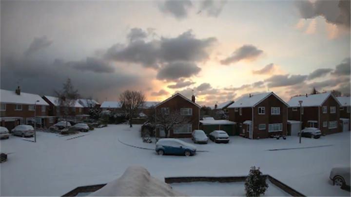 童话世界!延时拍摄暴风雪过境的英国小镇
