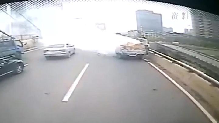 路遇货物起火 公交车驾驶员伸出援手