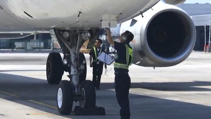 机场停机坪温度高达51℃ 飞机维修工程师战高温