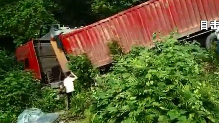 雨花区发生连环车祸 三车相撞致2死5伤