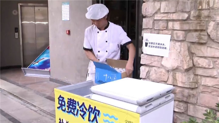"""高温下的清凉:长沙街头现多个""""爱心冰柜"""""""