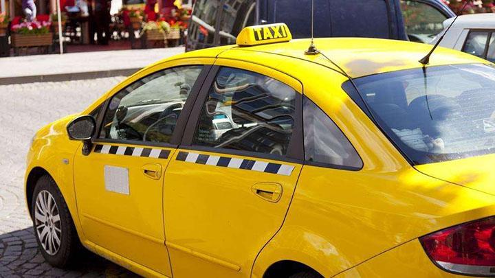 农民工乘坐出租车统一光膀子 原因令人动容……