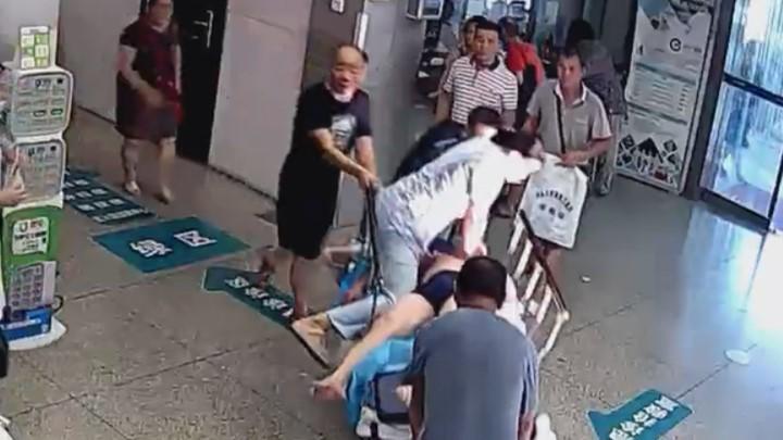 最美一跃!危重患者心跳骤停 女护士跳上转运床做急救