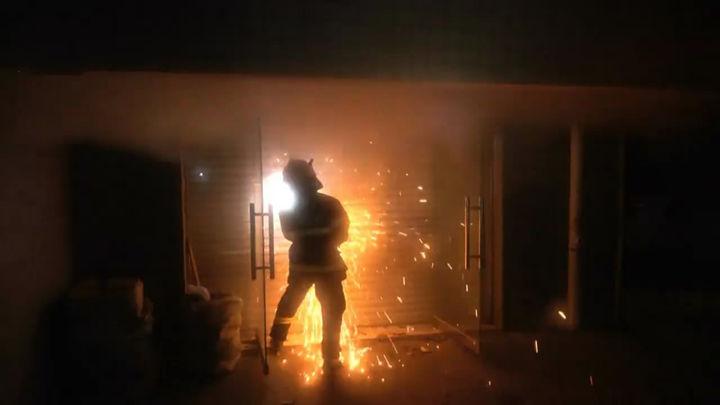 长沙一小区车库起火,居民深夜被浓烟呛醒