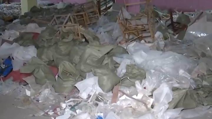 小区车库堆放建筑垃圾,业主怒堵物业门