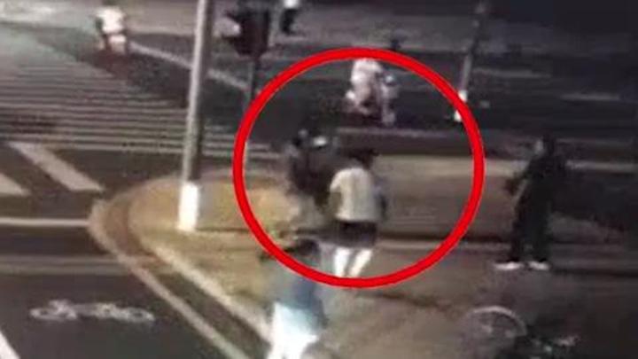 江苏昆山一路口发生交通事故后 轿车内男子追砍电动车主遭反杀