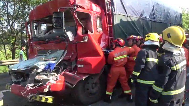 两货车高速追尾车头变形 一驾驶员双腿被卡无法动弹
