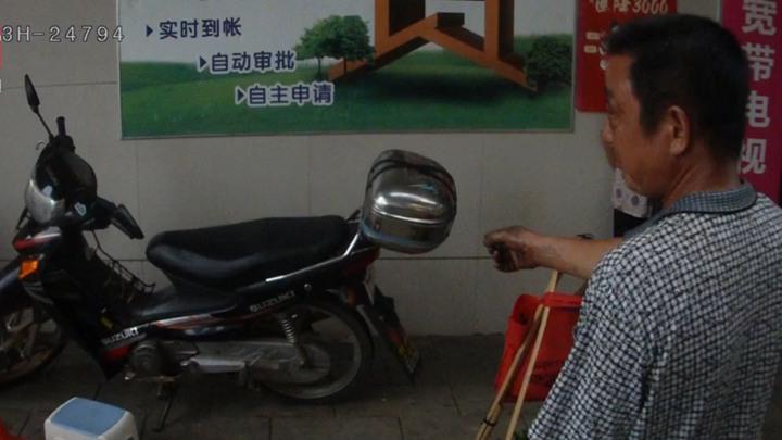 """湖南一男子偷摩托车被抓后对警察说:是它不上锁""""勾引""""我!"""