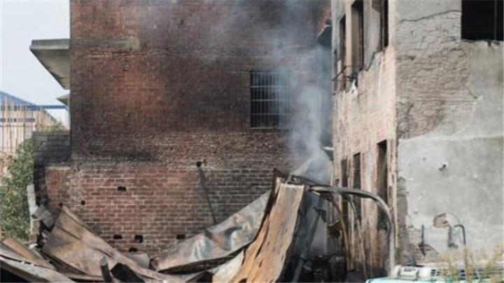 长沙黄兴大道一废旧物资回收店昨日发生火灾,两名男子全身多处烧伤