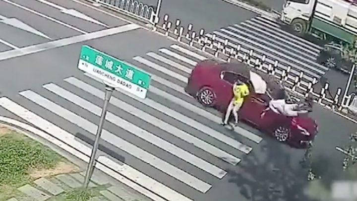 因3孩子车内吵架母亲回头训斥 分神瞬间撞死行人