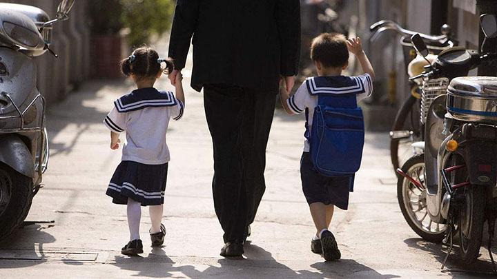 学校门口大量家长占道乱停 长沙交警:将重点整治