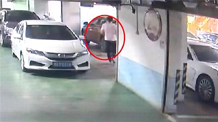 男子疯狂盗窃豪车反光镜,明目张胆留下微信被擒
