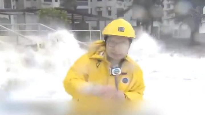 心疼又爆笑!香港记者报道台风:画风九年如一日的……沙雕风
