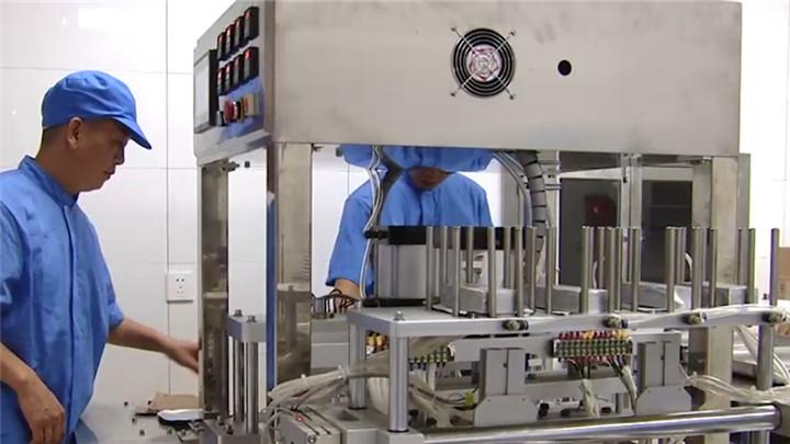 饭店老板花300万建机器人厨房做外卖,日产8万份半月回本
