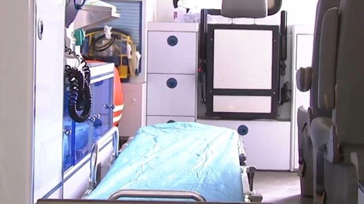 产妇家中破羊水即将生产,送医途中医护人员急救车内接生