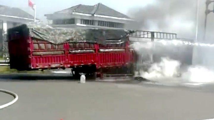 惊!挂车尾部起火浓烟滚滚 司机冒死驶离高速呼救