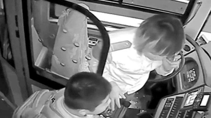 10岁男孩上学坐错公交车,暖心司机掏出100元让他打车回学校