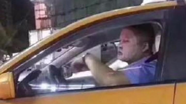 精致!面膜哥开出租车敷面膜走红:曾花3万买护肤品