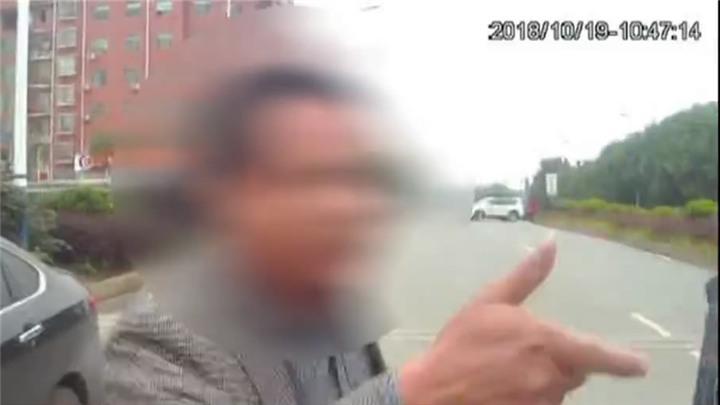 嚣张!男子违法停车,不配合检查还辱骂交警最终被拘
