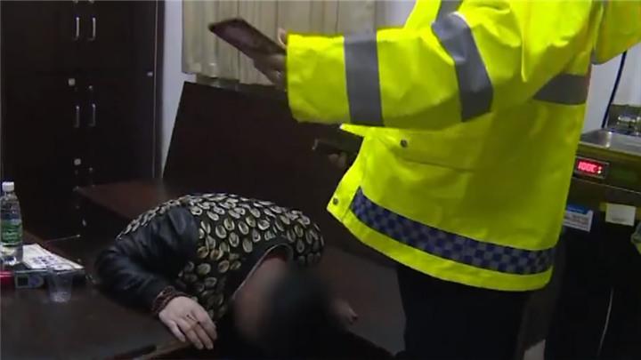 """雷人!男子醉驾被查,竟给交警下跪""""求放过 """"!"""