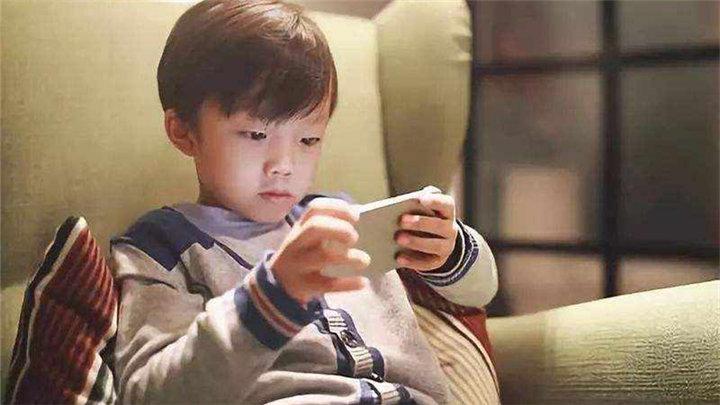 中国中小学生智能手机拥有率近七成 超过美日