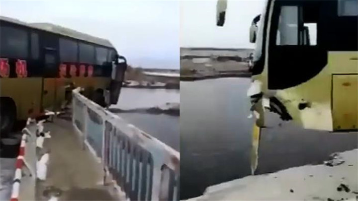 真险!客车冲破护栏车身悬空桥外 桥下就是水面
