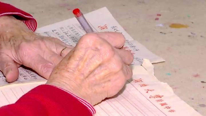 点赞!热心公交司机搀扶92岁老太上车 老人手写满满一页感谢信