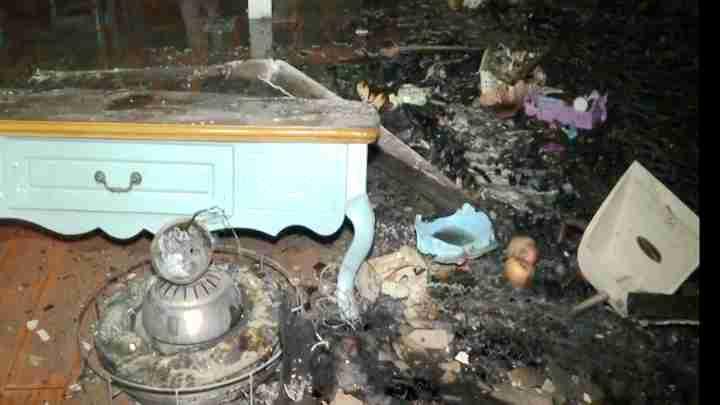 小孩独自在家烤火突发火灾 消防紧急排险