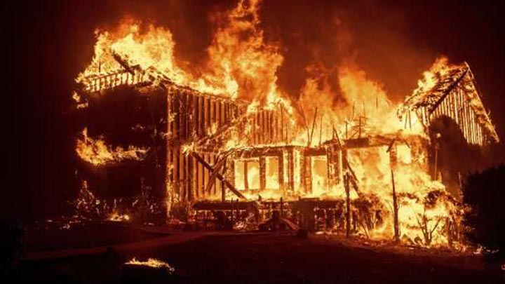 """美国加州山火已致11死 20万人紧急逃离""""火海"""""""
