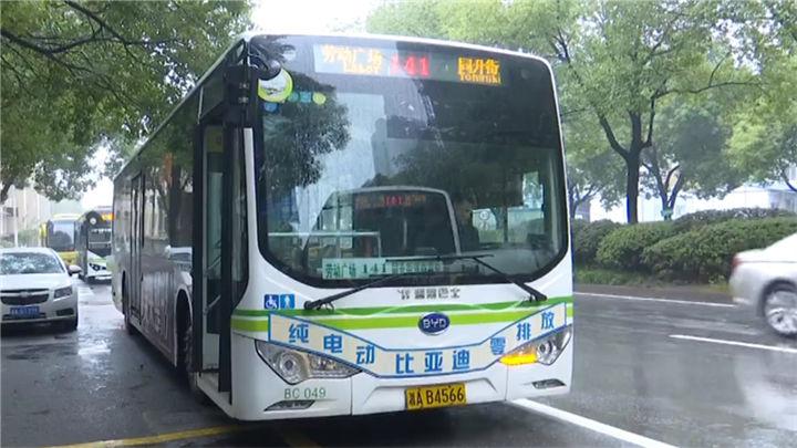 点赞!老人在公交站徘徊,公交司机为其引路回家