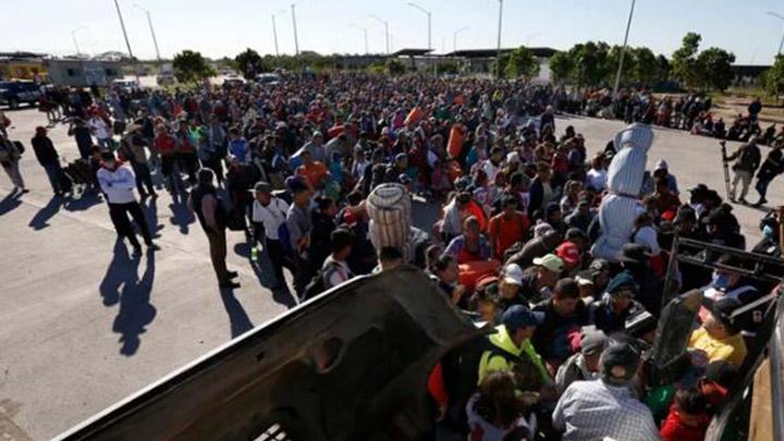 来了!首批移民大军抵达美墨边境 美军严阵以待