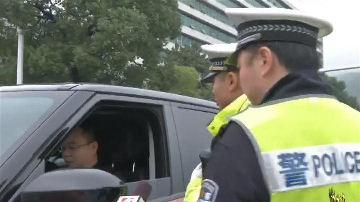 橘子洲大桥:小车乱闯桥面客车专用道,交警拦查教育