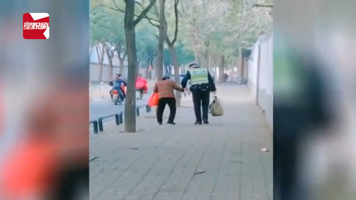 交警小哥哥脱下手套牵住老奶奶护送其回家,网友:最暖牵手!