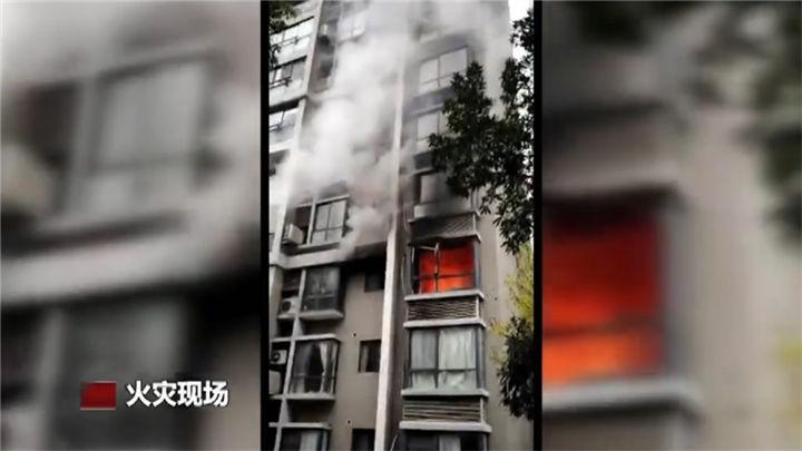 民房起火车辆乱停堵塞消防通道,两名租客紧急逃生