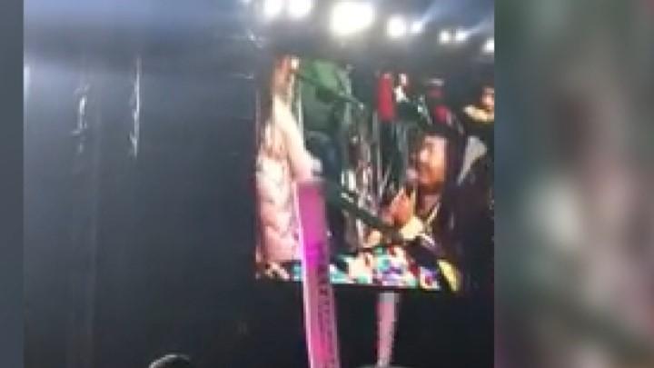 浪漫!男子在周杰伦演唱会上求婚,周董捧场助力与女孩合唱:亲一个
