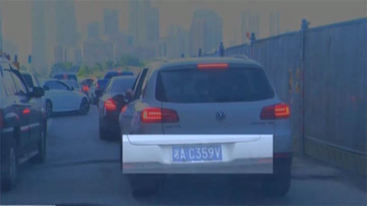 长沙交警监控抓拍整治车窗抛物