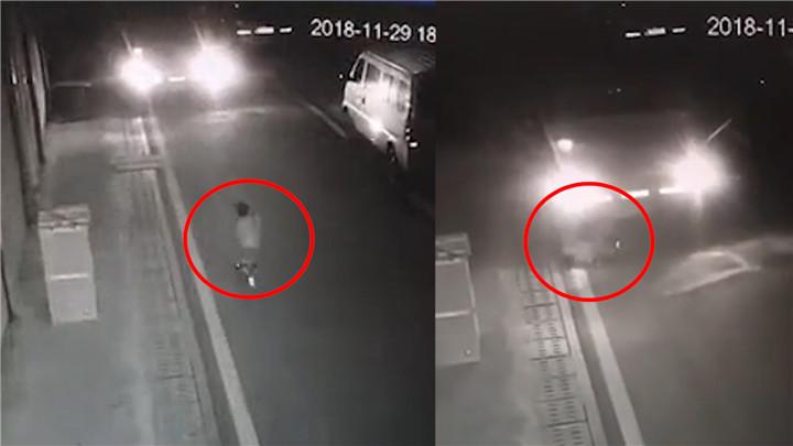 2岁小孩玩玩具车撞上货车,司机倒车2次碾轧致腹部重伤