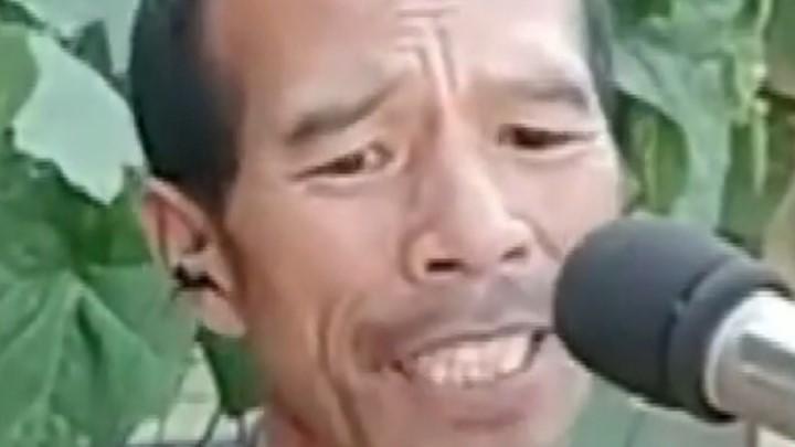 5旬农民抄一把破吉他弹唱爆红网络,忘情歌唱神色陶醉