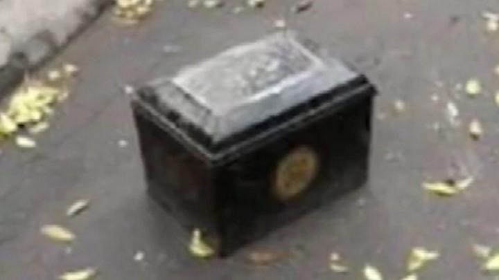 瘆人!小区居民用骨灰盒占车位:车位紧张,不挡上就没了