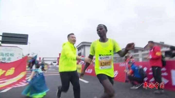 马拉松冠军冲线被工作人员拽停强拉合影? 官方:那是在扶他