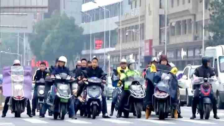 长沙交警大力整治电动车违法行为,外卖企业工作人员现场监督