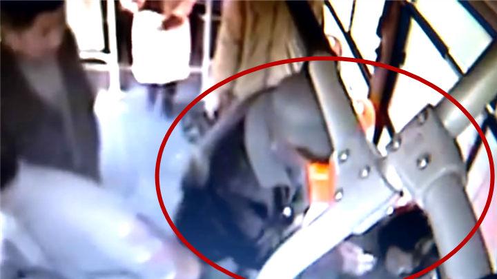 女子公交车内突发癫痫,乘客司机热心救助