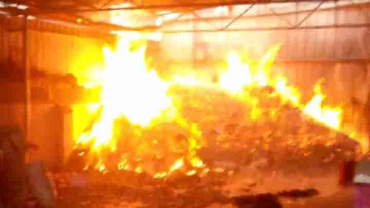 民房突发大火明火吞噬房间 消防持水枪灭火50分钟