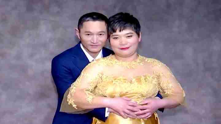 暖!摄影师为农民工圆梦 工地上搭棚免费为60对夫妻拍婚纱照